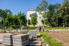 Balabanovo,俄罗斯- 2018年8月:放置铺路板 库存照片