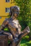 Balabanovo, Россия - август 2018: Скульптура девушки чтения стоковое изображение rf