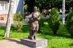 Balabanovo, Rusland - Augustus 2018: Beeldhouwwerk van een lezingsmeisje stock foto