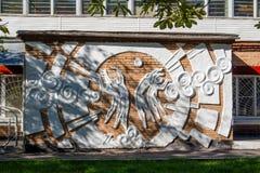 Balabanovo, Russia - agosto 2018: Bassorilievo sulla facciata dell'edificio scolastico di sport fotografie stock