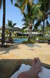 Balaclava, Mauritius - niezidentyfikowany gość relaksuje przy basenem Obrazy Stock
