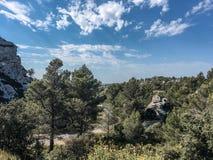 Les Baux de Provence dans les Apilles. Balade dans la nature sous ciel bleu. Weekend et vacances en Provence aux Baux de Provence dans les Alpilles royalty free stock image
