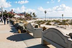 Balade de personnes sur la promenade dans Coronado, la Californie Image stock