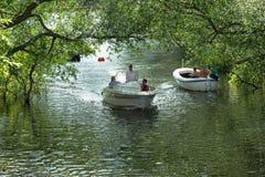 Balade en voiture dans le bateau de loisirs dans la ville de Stockholm Images libres de droits