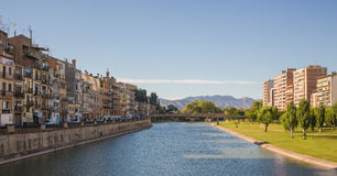 Balaguer stad och Segre flod Arkivfoto