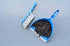 Balai de brosse avec des cheveux de nettoyage de pelle à poussière image stock