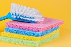 Balai de cuisine et éponges multi de couleur Image libre de droits