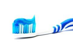 Balai dentaire avec la pâte dentifrice Photographie stock libre de droits