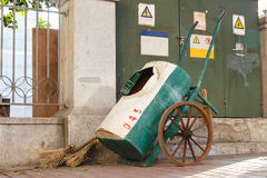 Balai et chariot au sidework pour le décapant Image stock