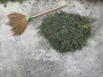 Balai et meule de foin sur le plancher de ciment photo libre de droits