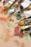 Balai et palette d'art avec des peintures Photographie stock libre de droits