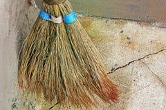 Balai pour le nettoyage Vieux balai photographie stock