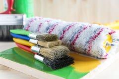 Balais et rouleau pour la peinture Images libres de droits