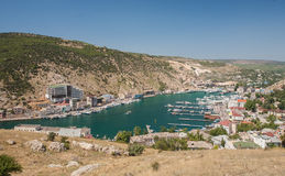 Balaklava Schacht mit Yachten und kleinen Lieferungen Lizenzfreies Stockfoto