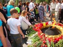 Balakovo, het gebied van Saratov, Rusland 09 kunnen 2010 9 mei vakantie De dag van de overwinning Kinderen en volwassenen bloemen royalty-vrije stock fotografie
