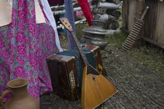 Balalaica y acordeón rusos De Rusia con amor Instrumentos populares rusos Recepción a Rusia Un festival del verano Juegue el h Imagen de archivo