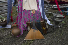 Balalaica y acordeón rusos De Rusia con amor Instrumentos populares rusos Recepción a Rusia Un festival del verano Juegue el h Foto de archivo