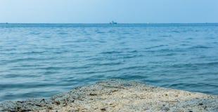 Balanç o mar Fundo borrado do foco mar rochoso Foto de Stock