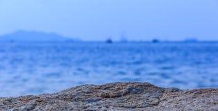 Balanç o mar Fundo borrado do foco mar rochoso Imagens de Stock Royalty Free