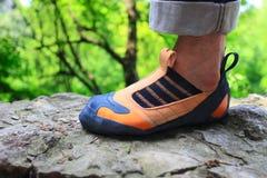 Balanç o pé do montanhista na sapata de escalada Foto de Stock Royalty Free