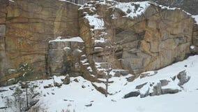 Balança a pedreira do granito de Korostyshevskogo durante a queda de neve do inverno Região de Zhytomyr vídeos de arquivo