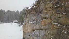 Balança a pedreira do granito de Korostyshevskogo durante a queda de neve do inverno Região de Zhytomyr video estoque