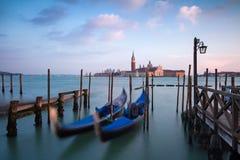 Balançando as gôndola Venetian contra San Giorgio Maggiore Church em Grand Canal Imagem de Stock Royalty Free
