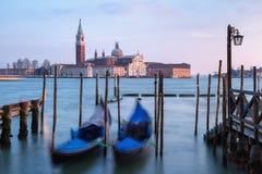 Balançando as gôndola Venetian contra San Giorgio Maggiore Church em Grand Canal Imagem de Stock