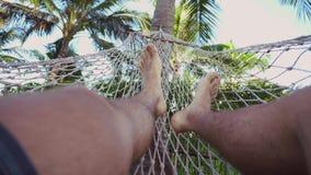 Balançando em uma rede, pés foto de stock