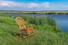 Balançar-cadeira de vime em um beira-rio de Sura que espera algum ser humano para relaxar fotografia de stock