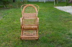 Balançar-cadeira de vime vazia fotografia de stock royalty free