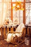 Balançar-cadeira na sala com paredes de madeira fotos de stock royalty free