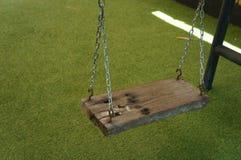 Balanço da corrente que pendura para crianças no jardim foto de stock