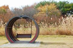 Balanço de Hollywood na forma do coração no jardim botânico em Daejeo fotos de stock