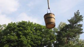 Balanço de madeira da cubeta video estoque