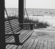 Balanço de madeira da praia imagens de stock