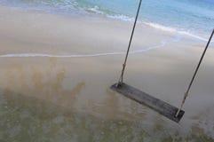 Balanço de madeira rústico na praia no beira-mar Imagem de Stock Royalty Free