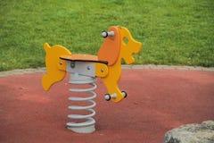 Balanço do cão em uma mola Amarelo e de madeira Foto de Stock Royalty Free