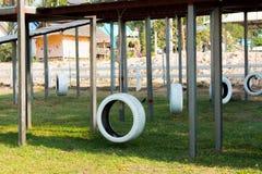Balanço do pneu no gramado imagens de stock