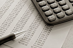Balanço financeiro e pena Imagens de Stock Royalty Free