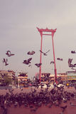 Balanço gigante do vintage ou Sao vermelho Ching Cha com a multidão de pigeo Fotografia de Stock