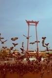 Balanço gigante do vintage ou Sao vermelho Ching Cha com a multidão de pigeo Foto de Stock Royalty Free