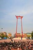 Balanço gigante ou Sao vermelho Ching Cha com a multidão do pombo, um o Foto de Stock