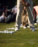 Balanço praticando do golfe do homem na escala de condução Imagem de Stock