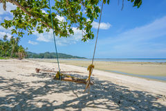 Balanço romântico vazio na praia abandonada contra o mar Imagens de Stock Royalty Free
