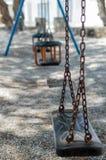 Balanços abandonados em um campo de jogos Foto de Stock