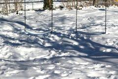 Balanços cobertos na neve fotografia de stock