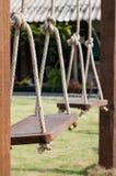 Balanços de madeira pendurados por cordas Fotos de Stock Royalty Free