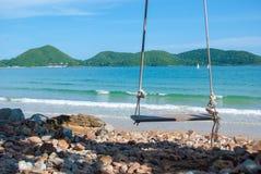 Balanços de madeira sós na frente do mar azul Foto de Stock Royalty Free