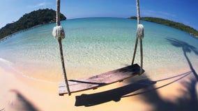 Balanços e palma na praia tropical da areia video estoque
